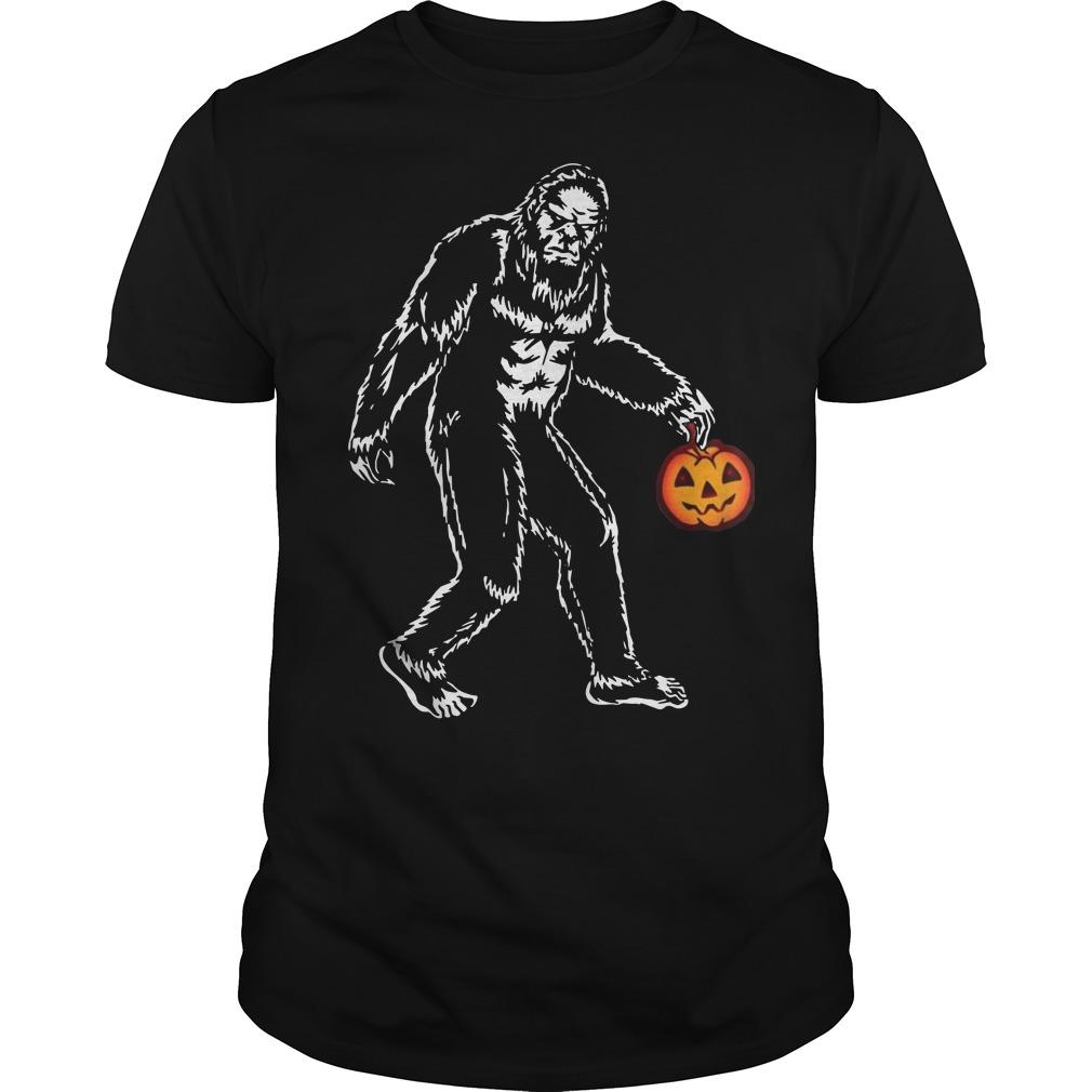 Bigfoot hold pumpkins halloween shirt