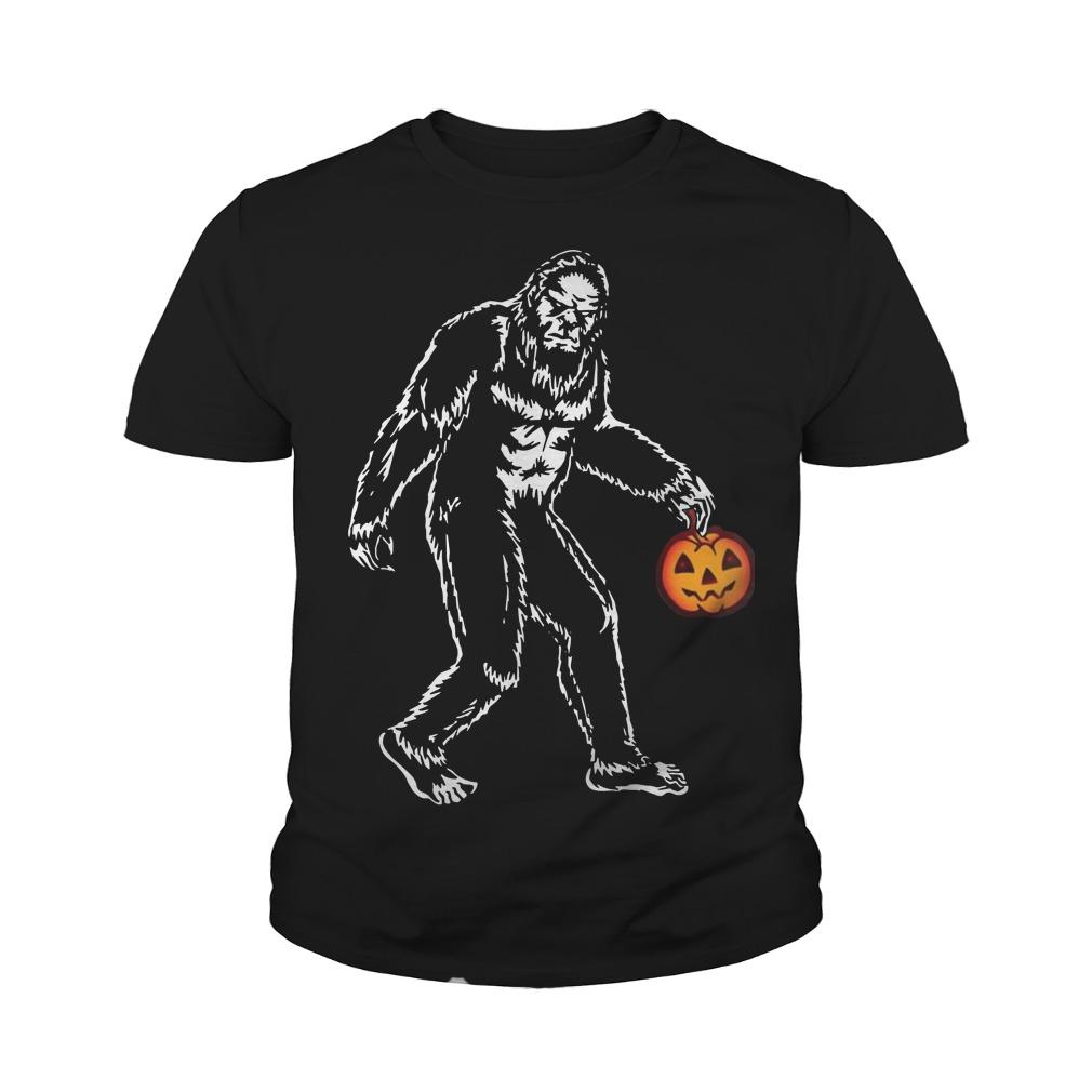Bigfoot hold pumpkins halloween youth tee